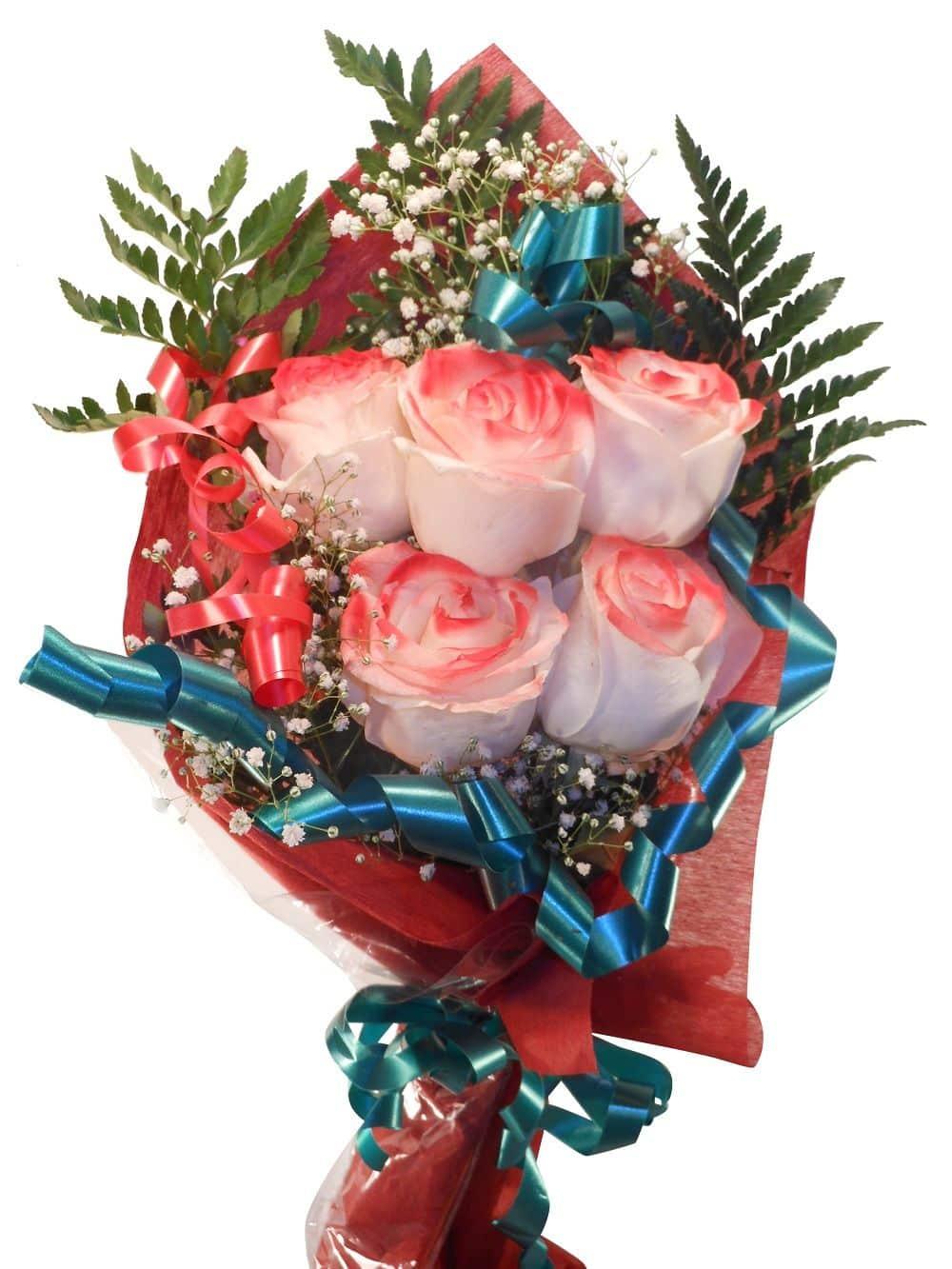 ramo de rosas con filos rojos